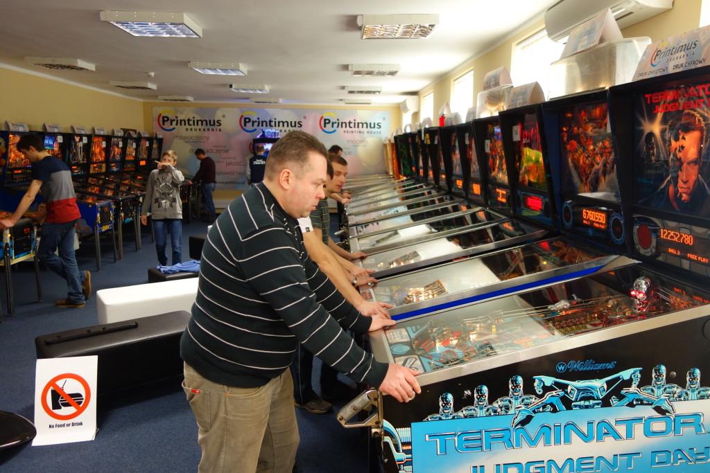 Klub Printimus Pinball, na pierwszym planie klasyczny Terminator 2. foto Michał Klimaszewski